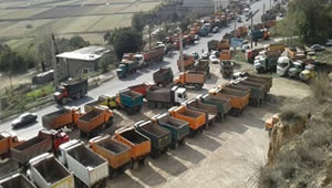 truck-drivers-on-strike01.jpg